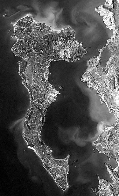 На карте остров чем-то похож на немного вытянутую Кемеровскую область. Он примерно 60 км в ширину и около 30 км. в длину