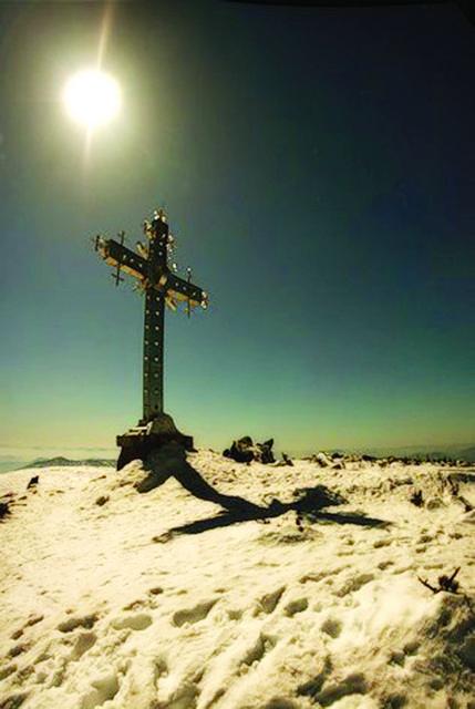 Православные Таштагола совершили поход ко кресту на горе Мустаг в Шерегеше – высочайшей вершине Шорского хребта, которая возвышается над уровнем мирового океана на 1570 метров