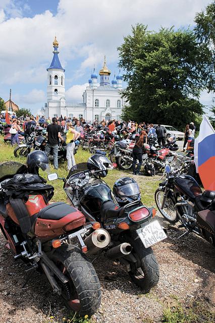 Около 200 мотолюбителей из городов Кузбасса и сибирского региона приняли участие в Православном байкерском крестном ходе по храмам центральной части Кузбасса