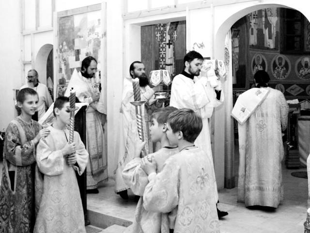 В храме все приспособлено для того, чтобы здесь могли участвовать в богослужении слепые, глухие и даже слепо-глухие дети
