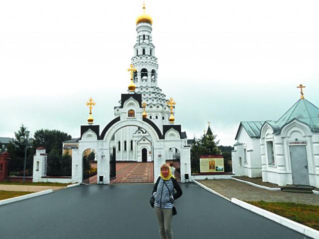 Этот устремленный ввысь белоснежный храм с золотым куполом, по замыслу архитектора должен напоминать зажженную свечу