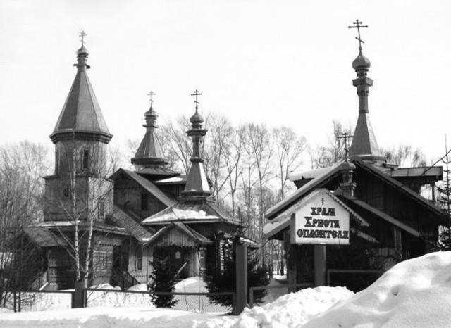 Храмовый ансамбль в поселке Урск Гурьевского благочиния. Слева Спасская церковь, справа Данииловский храм. Фото В.Мараева