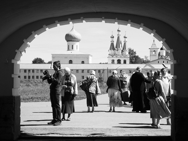 При входе в Свирскую обитель