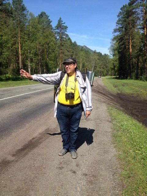Мой супруг Михаил голосует в своем первом  в жизни автостопе