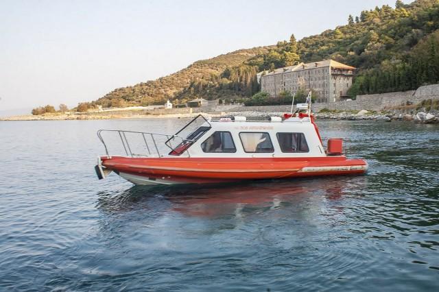 Лодка, которая называется Архангел - морское такси, которое доставляет паломников (в том числе и нас) на Афон
