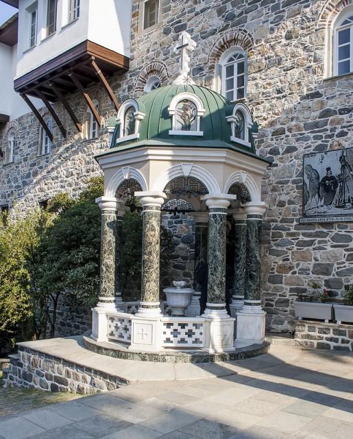 Эту часовню монахи построили на том самом месте, где была сделана фотография, на которой запечетлена Хозяйка Горы Афон