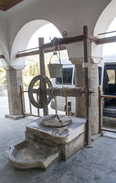 Колодец у врат Ватопедского монастыря
