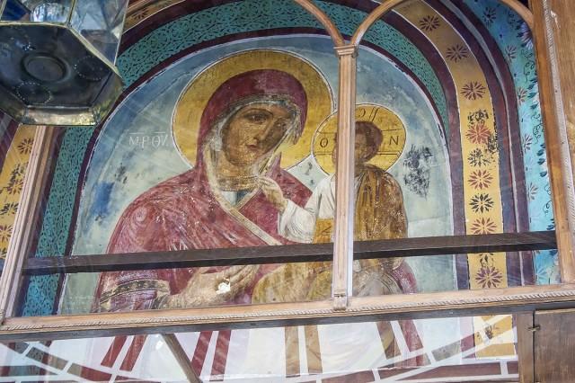 В эту надвратную икону Ватопедской обители стрелял турок, который впоследствии сошел с ума и покончил жизнь самоубийством