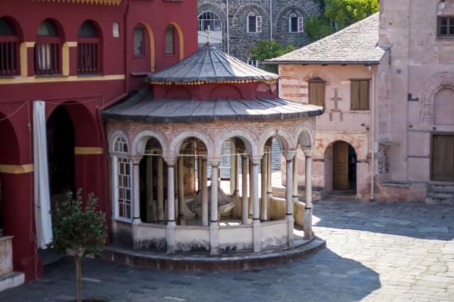 Часовня на соборной площади монастыря Ватопед